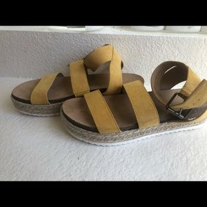 Universal Threads Yellow Sandals, size 9.5
